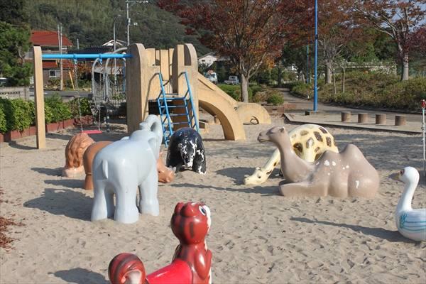 砂場にある動物姿の遊具
